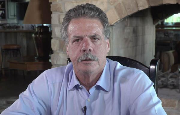 Mike McCloskey complicado por ambientalistas por maltrato de terneros